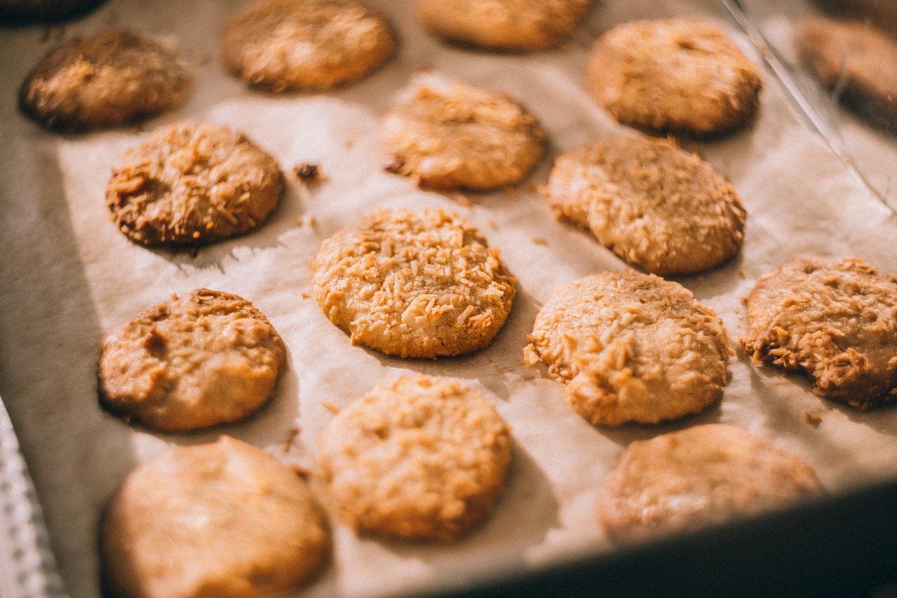 En plåt med färdiggräddade kakor